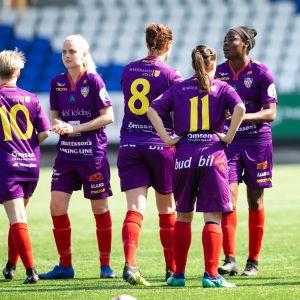 Åland Unitedin pelaajia kentällä.