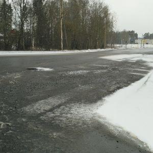 Linja-auto liukaalla ja lumisella tiellä.