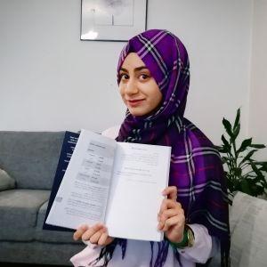 Nainen kirja kädessään