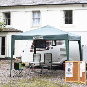 Paikallisvaalien äänestyspaikka High Offleyssa Luoteis-Englannissa.