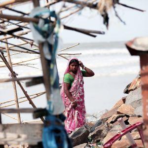 Intialainen nainen tutkii syklonin jäljiltä ruokakaupan vaurioita Dighan kaupungissa Länsi-Bengalissa.
