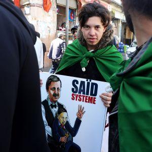 Hallintoa vastustava mielenosoitus Algerissa maaliskuussa.