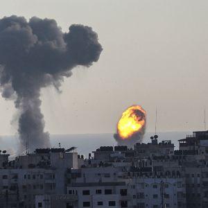 Gazassa savusi ja liekehti lauantaina Israelin tehtyä ilmaiskuja alueelle vastatoimena Gazan kaistalta tehtyihin raketti-iskuihin.
