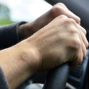 kädet ratissa