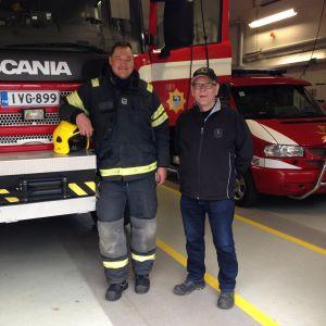 Markku Leinonen ja Mika Jonsson seisovat sammutusauton edessä