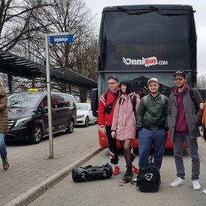 Nuoret Onnibussin edustalla lähdössä Helsinkiin kohti yrittäjäfinaalia.