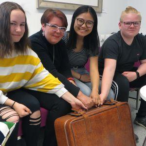 Kuvassa vasemmalta alkaen Saana Suorsa (8a), opettaja Tarja Ikonen, Heamoo Hser (8c)  ja Miska Pikkarainen (8b) Kemin Syväkankaan koulusta.