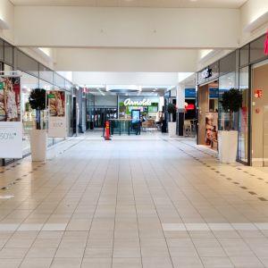 Kuvassa näkymä kauppakeskus Chydenian pääsisäänkäynniltä. Molemmin puolin käytävää on liikkeitä. Perällä näkyy kahvila.