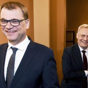 Rinne ja Sipilä naureskelevat.