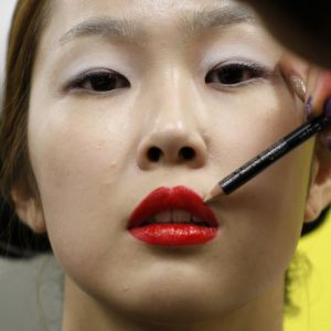 Eteläkorealaista mallia meikataan.