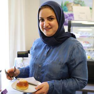 Haifa Abdullah Mohamed tarjoilee pullaa.
