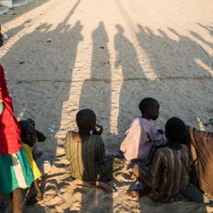 Lapsia istumassa hiekassa.