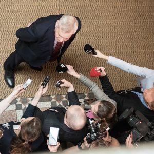 Antti Rinne kommentoi tiedotusvälineille hallitusneuvottelujen kulkua.