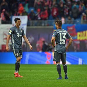 Bayern Münchenin Robert Lewandowski (vas.), Rafinha ja David Alaba pettyneinä Leipzig-ottelun jälkeen.