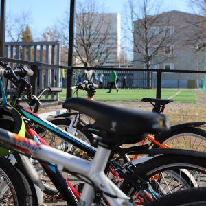 Polkypyöriä Kemin Sauvosaaren koulun pihalla pyöräparkissa.