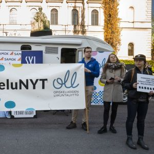 Mielenosoittajia Säätytalon edessä.