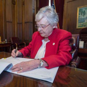 Alabaman kuvernööri Kay Ivey allekirjoitti keskiviikkona Yhdysvaltain tiukimman aborttilain.
