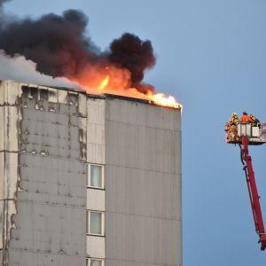 Palomiehet sammuttamassa Keskuskartanon paloa Porissa.