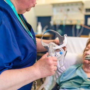 Potilaalle  laitetaan hengitysmaskia.