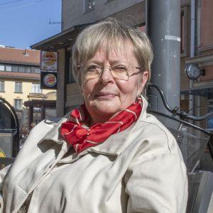 Pitkäaikainen poliitikko Liisa Jaakonsaari (sd.) Oulun kävelykatu Rotuaarilla.