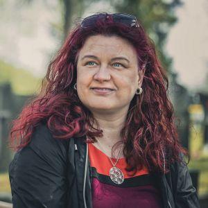 Nainen istuu hautausmaalla