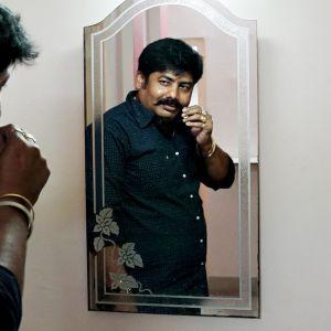 Intialainen yksityisetsivä Troy Chakraborty Kolkatasta.