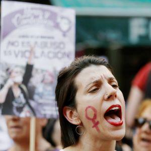 Tuhannet espanjalaiset protestoivat viime kesänä oikeuden annettua tuomionsa niin kutsutussa susilauman seksuaalirikostapauksessa.