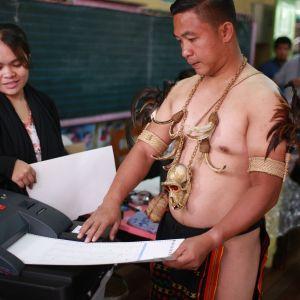 Perinteisesti pukeutunut igorot-heimon edustaja äänesti Baguiossa Filippiinien pohjoisosissa maanantaina.