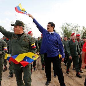 Venezuelan presidentti Nicolás Maduro ja puolustusministeri Vladimir Padrino osallistuivat armeijan tilaisuuteen Araguassa perjantaina. Kuva on presidentinkanslian julkaisema.