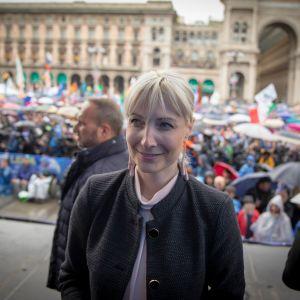Perussuomalaisten Laura Huhtasaari osallistui lauantaina kansallismielisten kokoukseen Milanon tuomiokirkon aukiolla.