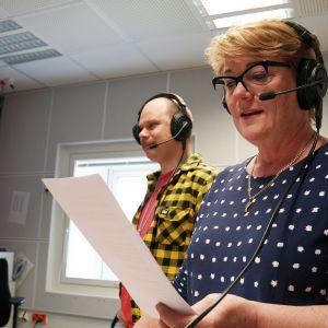 Kansanradio. juontajat Olli Haapakangas ja Jaana Selin.
