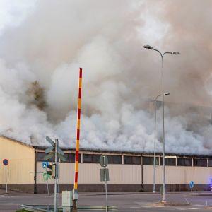 Varastohalli palaa