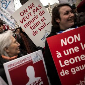 Mielenosoittajia käsissään eutanasiaa tukevia kylttejä.