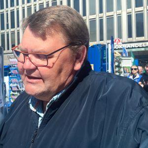 Ruotsidemokraattien pääehdokas Peter Lundgren jäi kiinni puoluetoverinsa ahdistelusta.