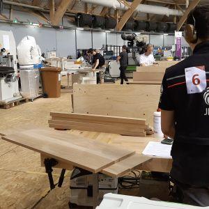 Taitaja2019 ammattitaidon SM-kilpailun kilpailija, puuhyllyjä, työkoneita