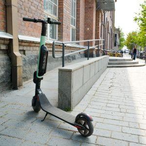 Sähköpotkulauta väärin pysäköitynä pyörätuoliluiskan eteen.