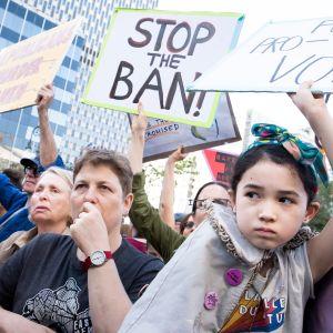 Joukko mielenosoittajia pitää aborttia puolustavia kylttejä. Etualalla pieni tyttö.
