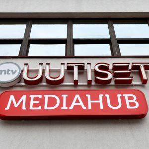 MTV Uutiset ja Mediahub-logot Helsingissä