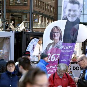 EU-vaalimainoksia Eurooppa-päivän juhlassa Helsingin Narinkkatorilla.