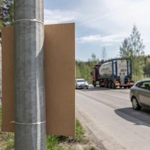 Nippusiteillä valaisinpylvääseen kiinnitetty eurovaalimainos Kanavuoressa, Jyväskylässä.