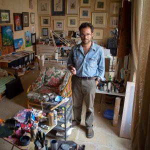 Pilapiirtäjä Seb Tanti Burlò studiollaan Maltalla.