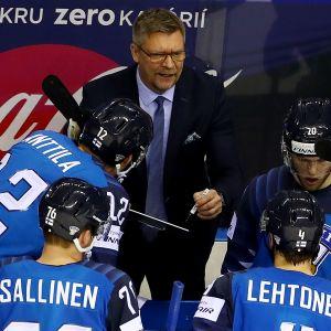 Jukka Jalonen antaa ohjeita vaihtoaitiosta, pelaajat kuuntelevat ympärillä