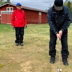 Puolankalaiset Anna-Liisa ja Juhani Reinikka golfaavat puutarhassaan.