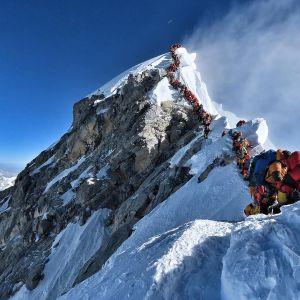 Kiipeilijöiden suma Mount Everestillä on aiheuttanut useita kuolemia.