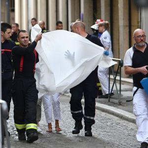 Ensiapuhenkilöstö kuljettaa loukkaantunutta sairaalahoitoon.