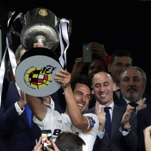 Valencian kapteeni Daniel Parejo nostaa cup-kannua