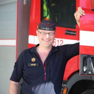 Kansanedustaja Petri Huru  paloauton vieressä