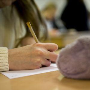 Oppilas tekee koulutehtävää.