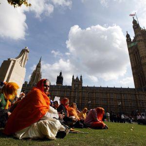 Sikhinaisia Britannian parlamenttitalon luona.