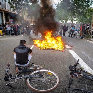 Glovon polkupyörälähetit sytyttivät kuljetuslaukut tuleen Glovo-yhtiön päärakennuksen edessä.